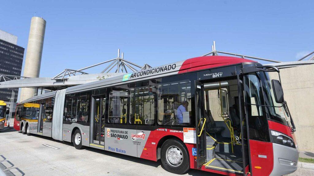 mídia em ônibus e metrô