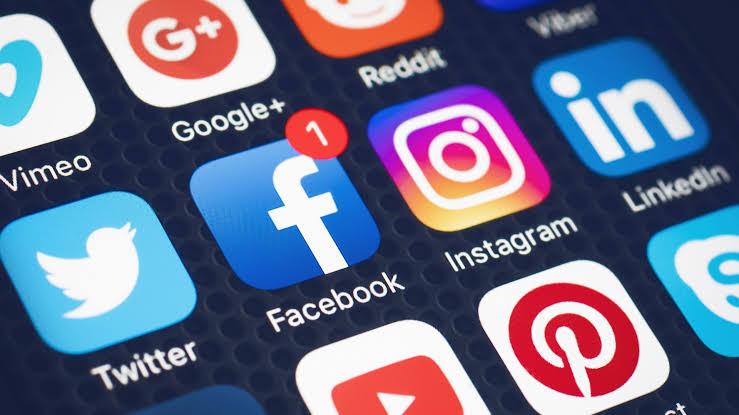 o que as pessoas fazem nas redes sociais